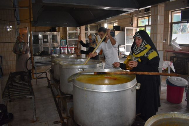 پخت آش شله زرد توسط بانوان بنیاد قائمیه تهران